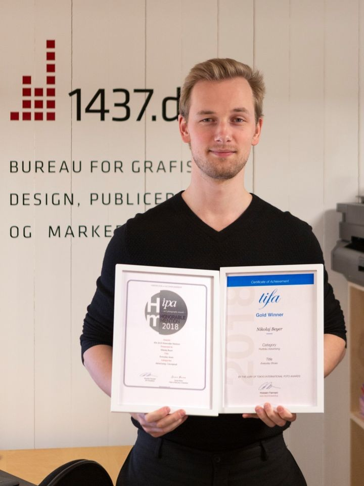 Fotograf Nikolaj Beyer med diplomer